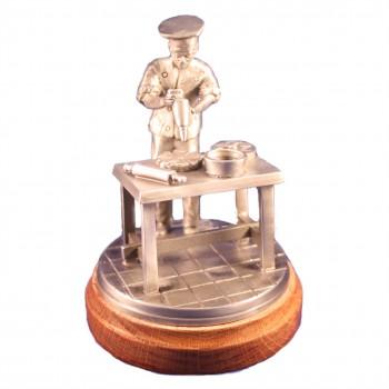 Konditor am Tisch (Figur handgegossen)