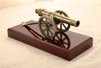 Torschützenkanone aus Metall auf Holzsockel, Kanonenrohr beweglich