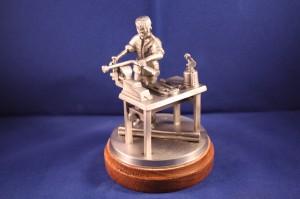 Klempner / Sanitäinstalleur an der Werkbank (Figur handgegossen)