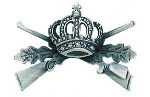 Königsabzeichen mit gekreuzten Gewehren und Blättern