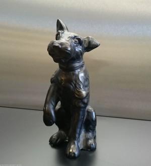 Metallskulptur Terrier sitzend
